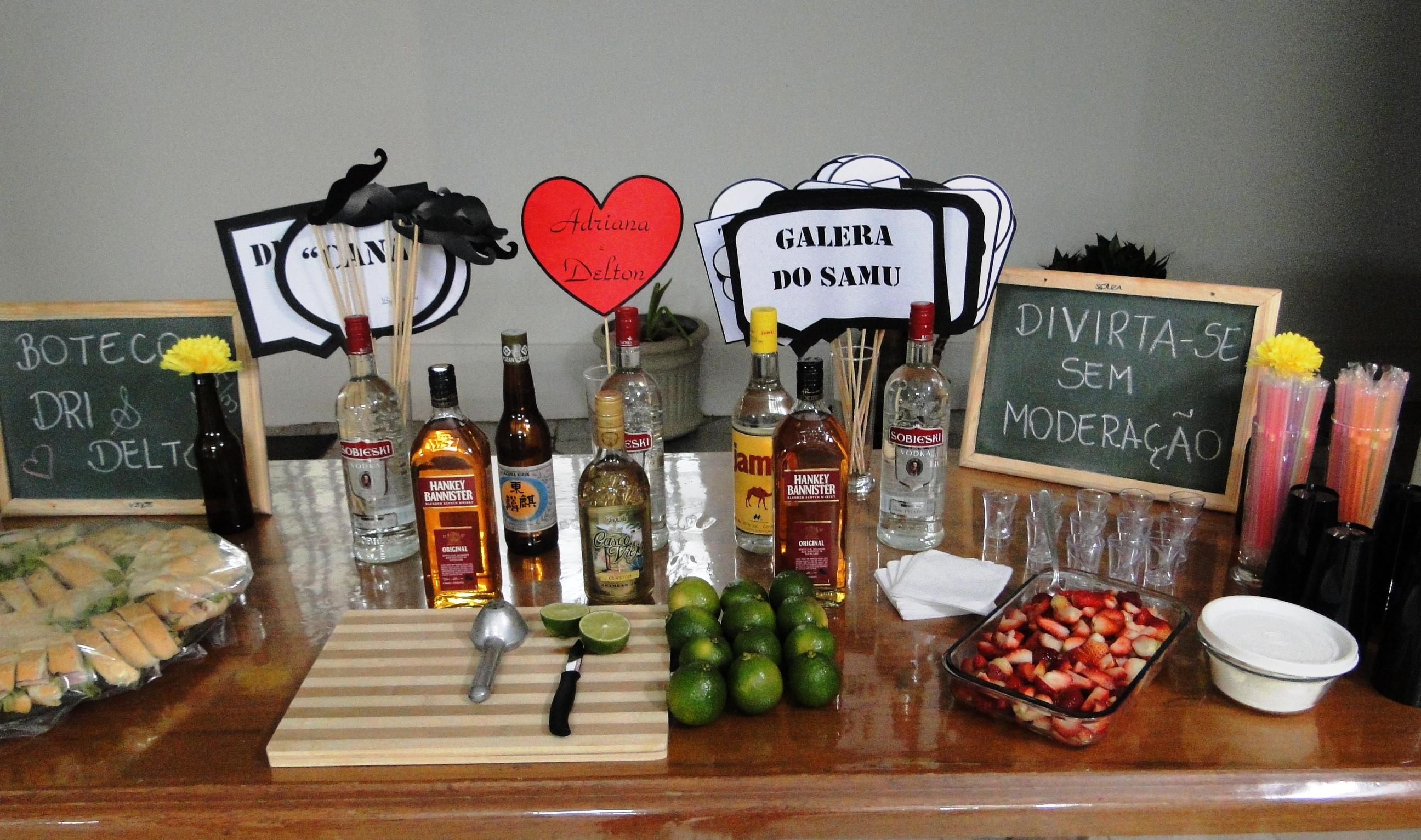 decoracao boteco noivado : decoracao boteco noivado:Essa era a mesa dos destilados, cada um montava a sua bebida como